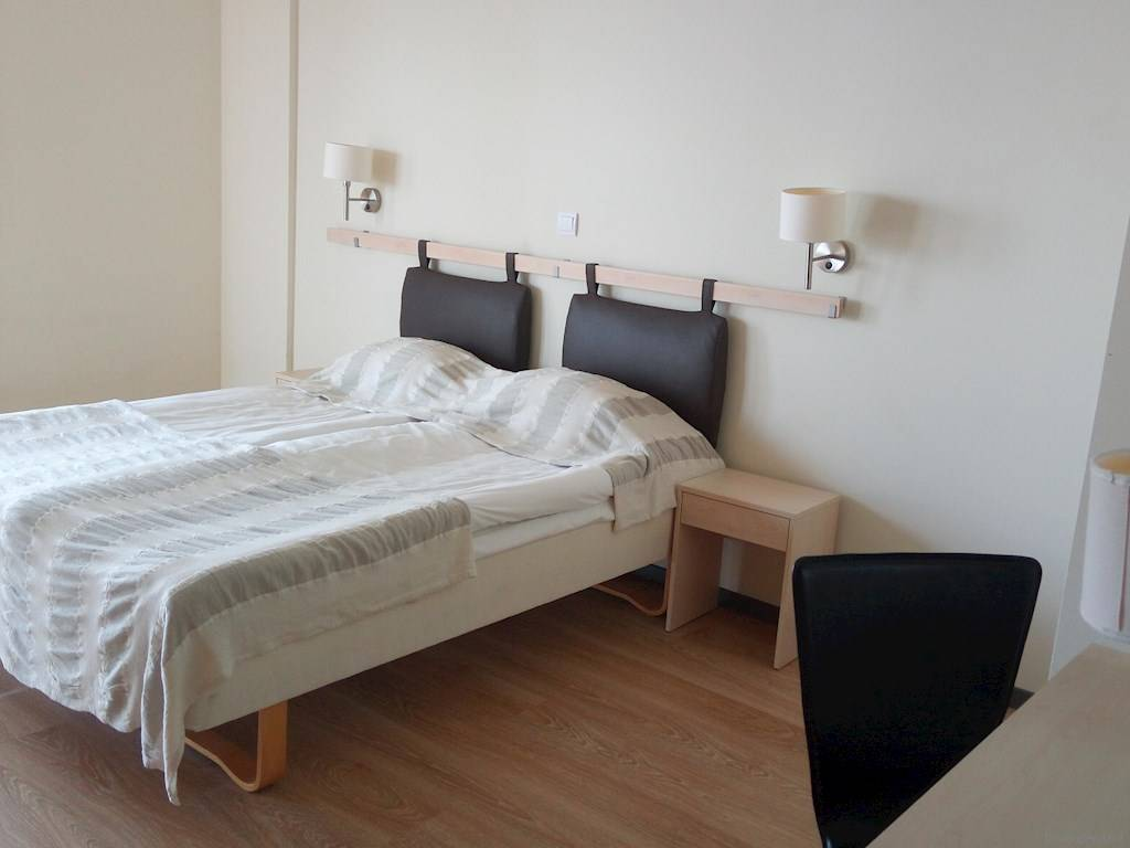regular beds a kitchenette and 2 extra beds in the living room the